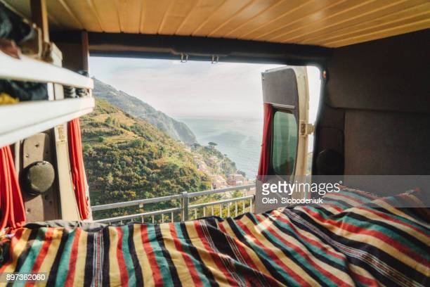 wohnmobil mit blick auf meer der cinque terre in italien - camping stock-fotos und bilder