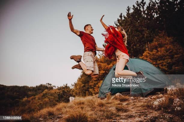 kampeerders springen, succes - buitensport stockfoto's en -beelden