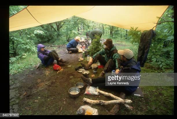 campers under tarp in rain - ポーキュパイン山脈ウィルダネス州立公園 ストックフォトと画像