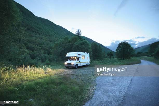 campervan at night in mountains - camper stockfoto's en -beelden