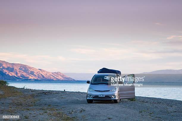 a campervan sets up a campsite. - landfahrzeug stock-fotos und bilder