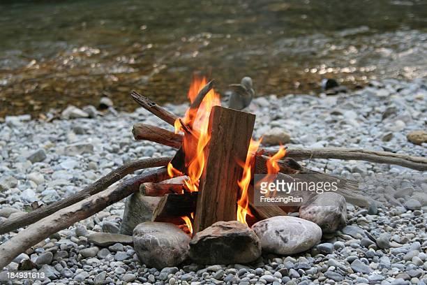 Feu de camp sur la rivière