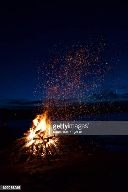 campfire on field at night - campfire stock pictures, royalty-free photos & images