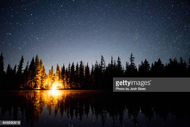 campfire under the starlight in central oregon - utomhuseld bildbanksfoton och bilder