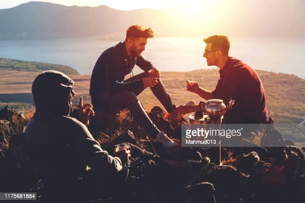 camping und trinken auf dem berg - wochenendaktivität stock-fotos und bilder
