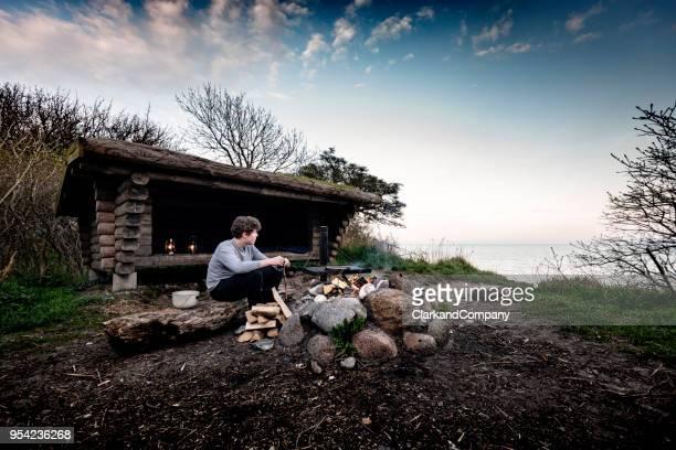 camping y disfrutar de la vista. - selandia fotografías e imágenes de stock