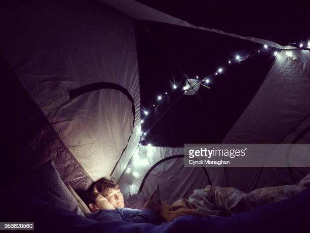 camping and twinkle lights - zelt stock-fotos und bilder