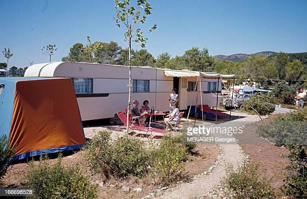 Camping En France en août 1963 lors des vacances d'été dans un camping une famille anglaise attablée devant une caravane de 14 mètres Une domestique...