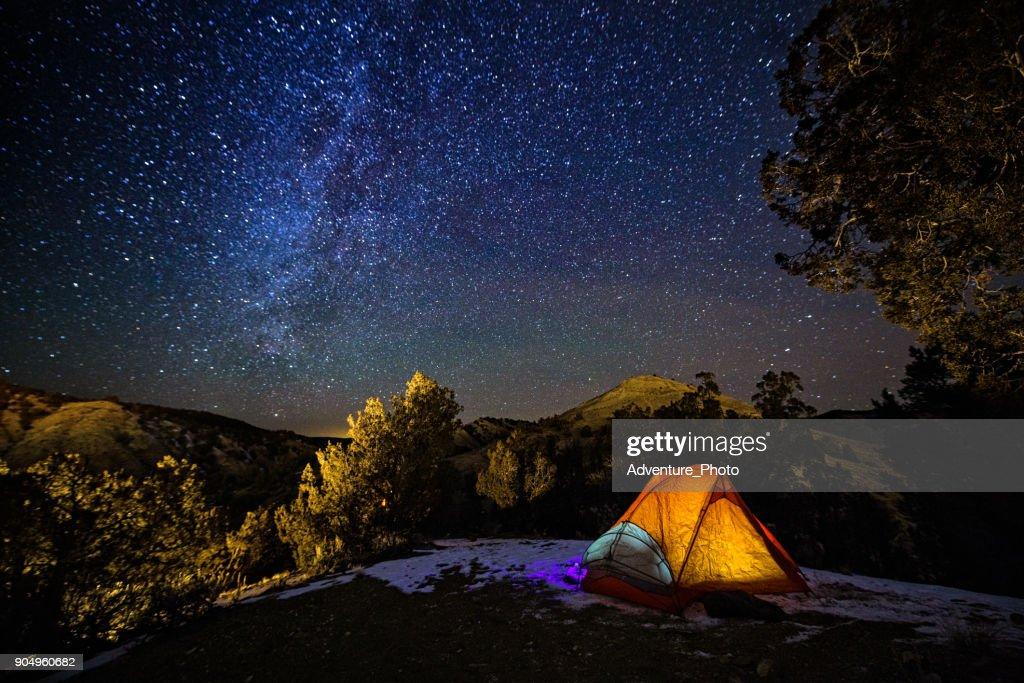 Acampar en una tienda de campaña bajo las estrellas y vía Láctea : Foto de stock