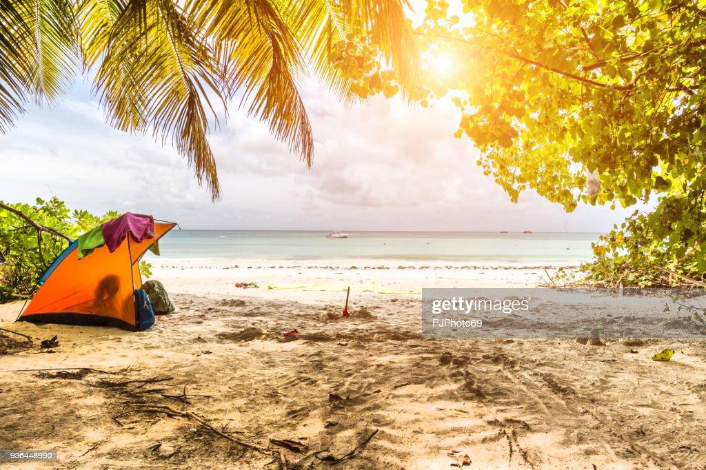 Camping in a tropical beach - Praslin island - Seychelles : Foto stock