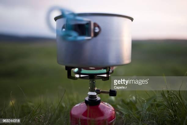 camping - rechaud à gaz - butane stock pictures, royalty-free photos & images