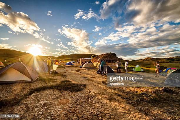 camping site at tek river la gran sabana venezuela - la gran sabana fotografías e imágenes de stock
