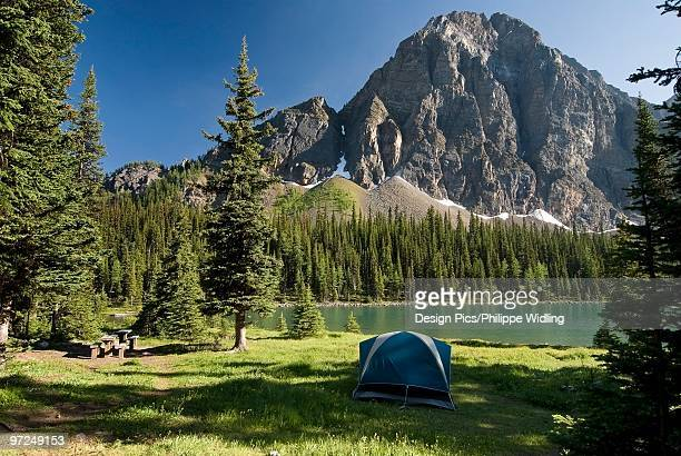 camping, taylor lake, banff national park, banff, alberta - canadian rockies stockfoto's en -beelden