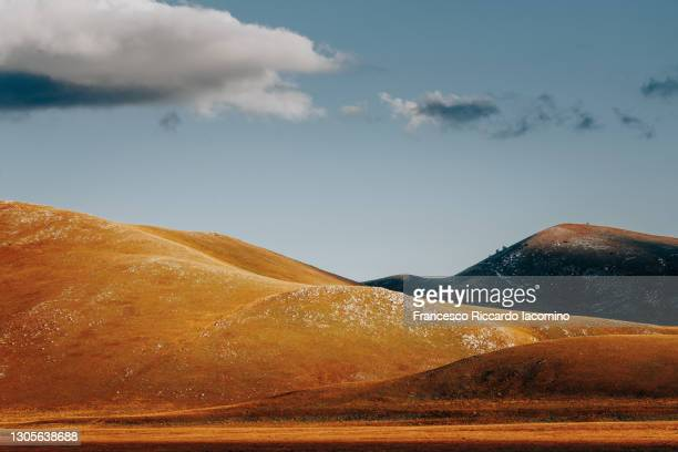 campo imperatore. gran sasso e monti della lega national park, landscape at sunset. abruzzo, italy - parco nazionale del gran sasso e monti della laga foto e immagini stock