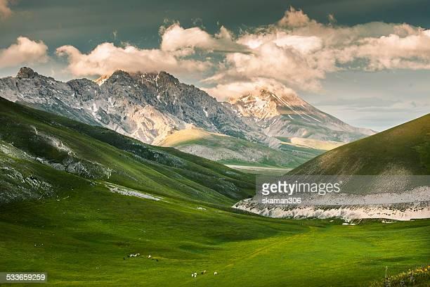 campo imperatore in abruzzo - parco nazionale d'abruzzo foto e immagini stock