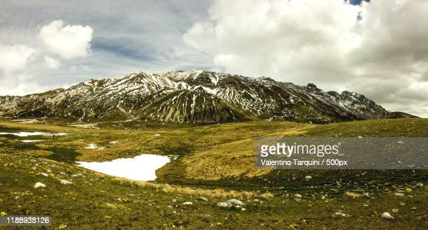 campo imperatore meadow seen on cloudy day, laquila, abruzzo, italy - カンポ・インペラトーレ ストックフォトと画像