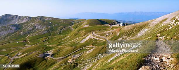campo imperatore view from the trail to the corno grande , the top of the gran sasso d'italia mountain - グラン・サッソ ストックフォトと画像