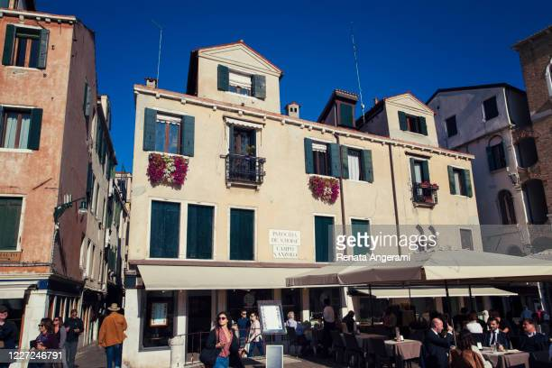 campo santo stefano in venice. - campo santo stefano stock pictures, royalty-free photos & images