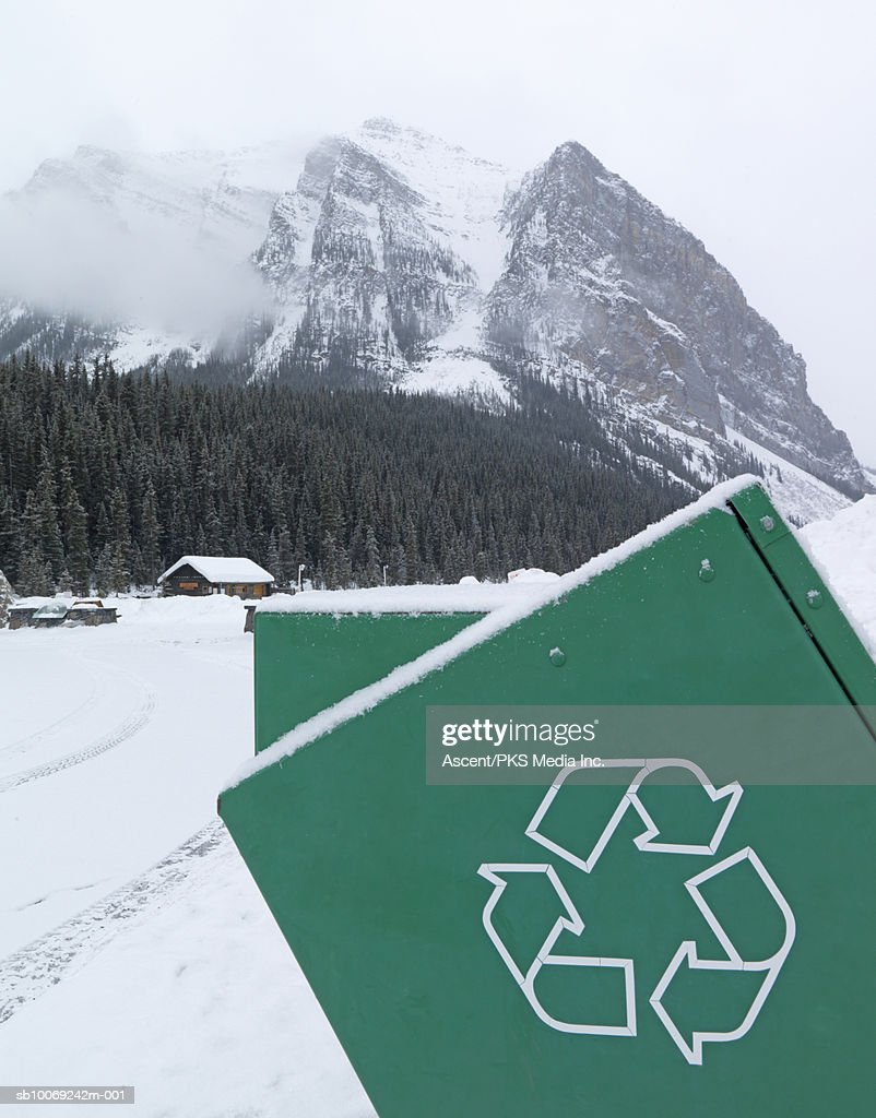Canada, Alberta, Banff National Park, Recycling container, snow covered mountains in background : Stockfoto