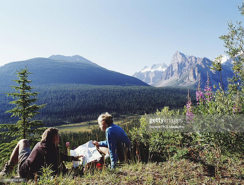 Canada Alberta Banff Np Couple With Map In Moraine Lake Area Stock
