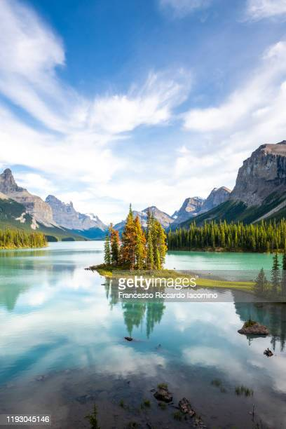 canada, alberta, jasper national park, maligne lake and spirit island - canadian rockies stockfoto's en -beelden