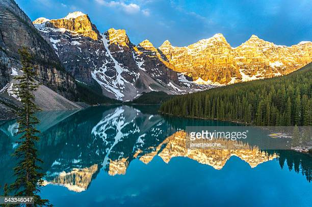 canada, banff national park, canadian rockies, mountains reflecting in calm lake at sunrise - canadian rockies stockfoto's en -beelden