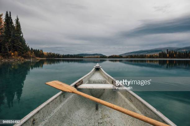 canada, british columbia, boya lake, boya lake provincial park, kanu - bateau à rames photos et images de collection