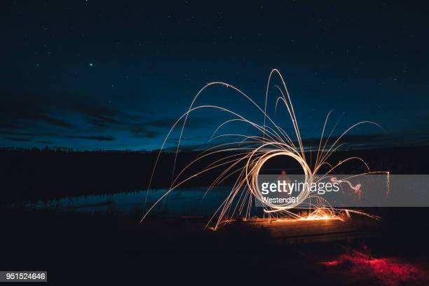 canada, british columbia, man light painting at duhu lake at night - lichtmalerei stock-fotos und bilder
