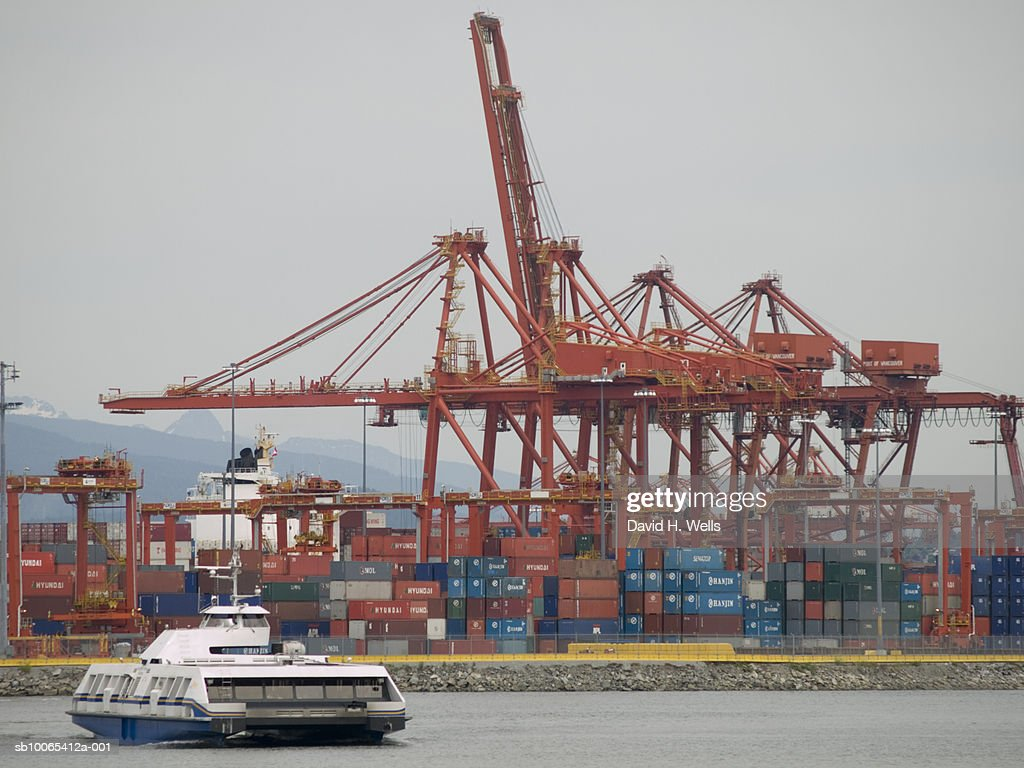 Canada, British Columbia, Vancouver, cargo container port cranes and ferry : Foto stock