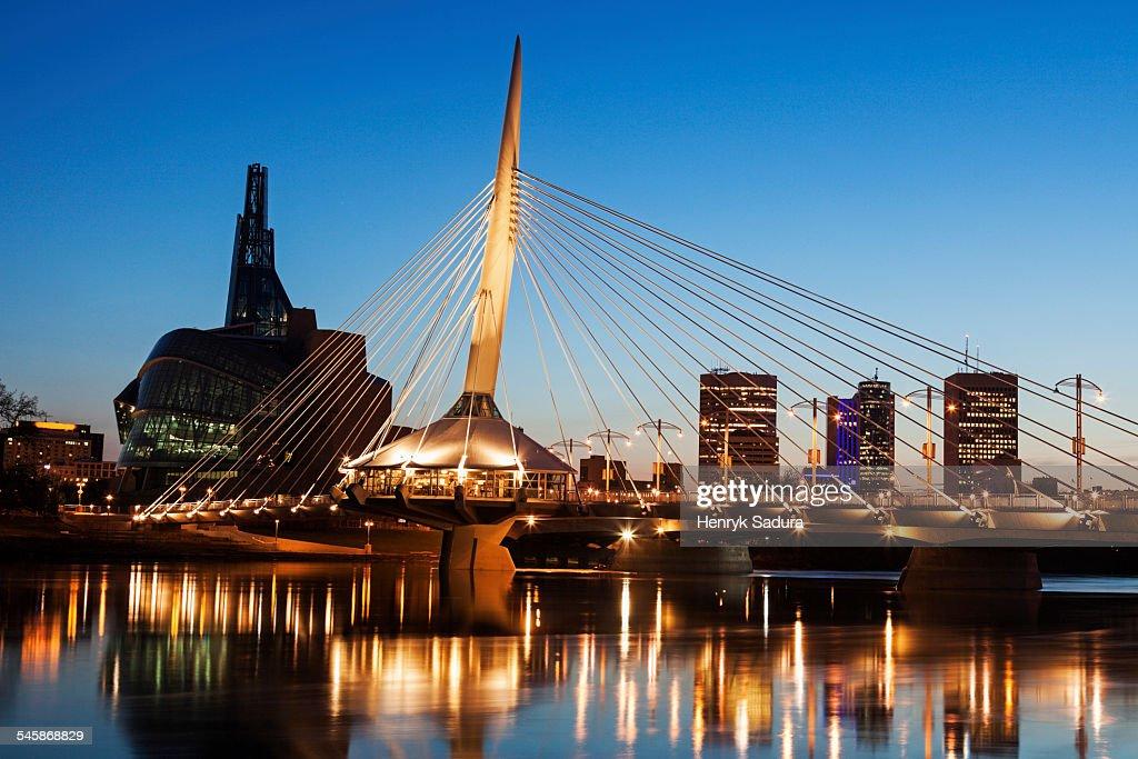 Canada, Manitoba, Winnipeg, Canadian Museum for Human Rights and Esplanade Riel bridge at dusk : Stock-Foto