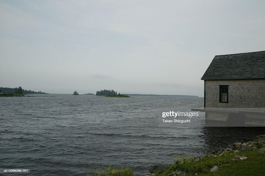 Canada, Nova Scotia, Lunenburg, Boathouse besides lake : Stockfoto