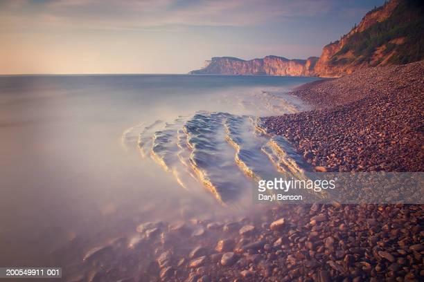 canada, quebec, forillon national park, cap-bon-ami, incoming tide - forillon national park stock pictures, royalty-free photos & images