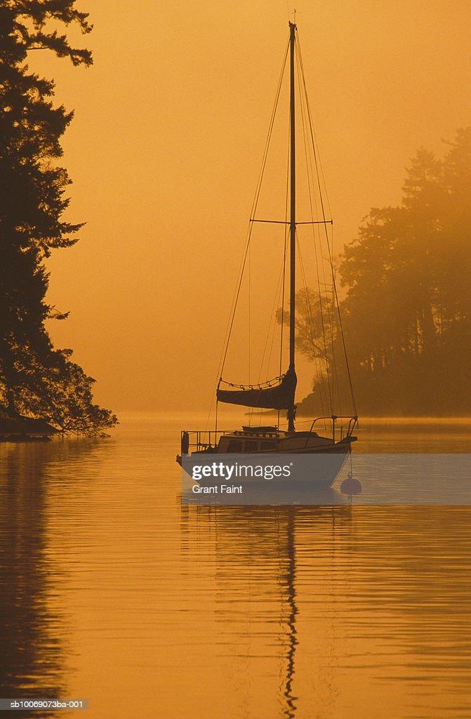 Canada, Victoria, sailboat anchored in lake : Stockfoto
