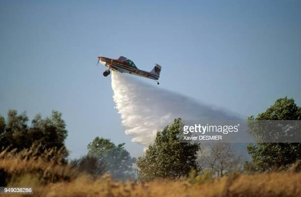 Canadair largant sa cargaison d'eau sur un incendie au Capd'Agde dans l'Hérault France