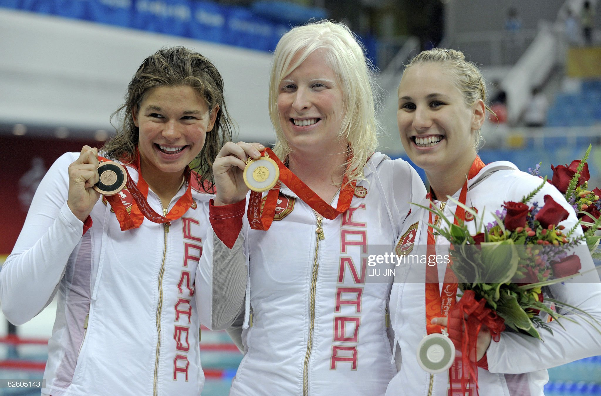 Canada's swimmers Chelsey Gotell (C), Co : Fotografía de noticias