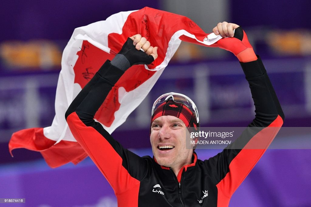 TOPSHOT - Canada's Ted-Jan Bloemen celebrates winning the gold medal in the men's 10,000m speed skating event during the Pyeongchang 2018 Winter Olympic Games at the Gangneung Oval in Gangneung on February 15, 2018. / AFP PHOTO / Mladen ANTONOV