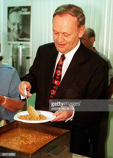 Canadia Prime Minister Jean Chretien serves a plate of baked beans 01 Jun during an election campaign stopover in SainteAngeledePremont Canadians...