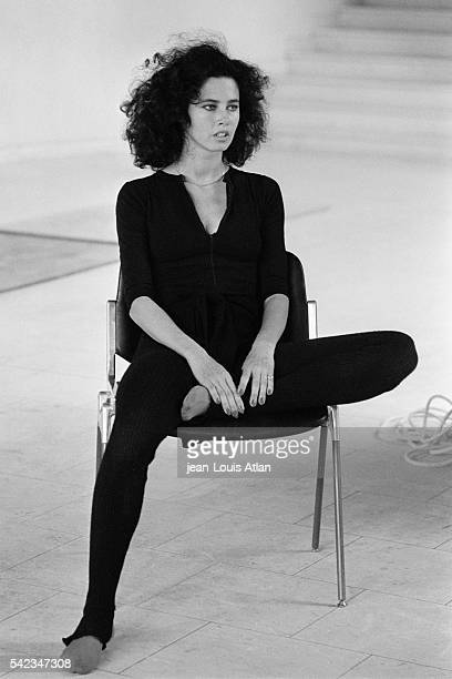 Canadian actress and model Dayle Haddon on the set of Just Jaeckin's film Le dernier amant romantique .