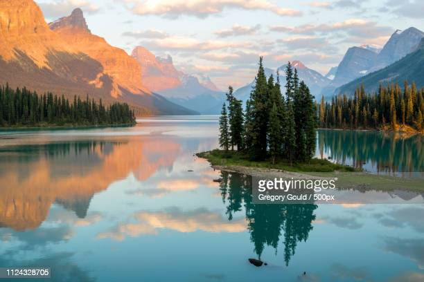canadian classics spirit island - kanada stock-fotos und bilder