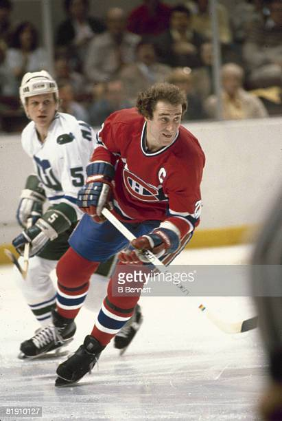 Canadian ice hockey player Bob Gainey of the Montreal Canadiens skates past Mark Howe of the Hartford Whalers during a home game April 1980