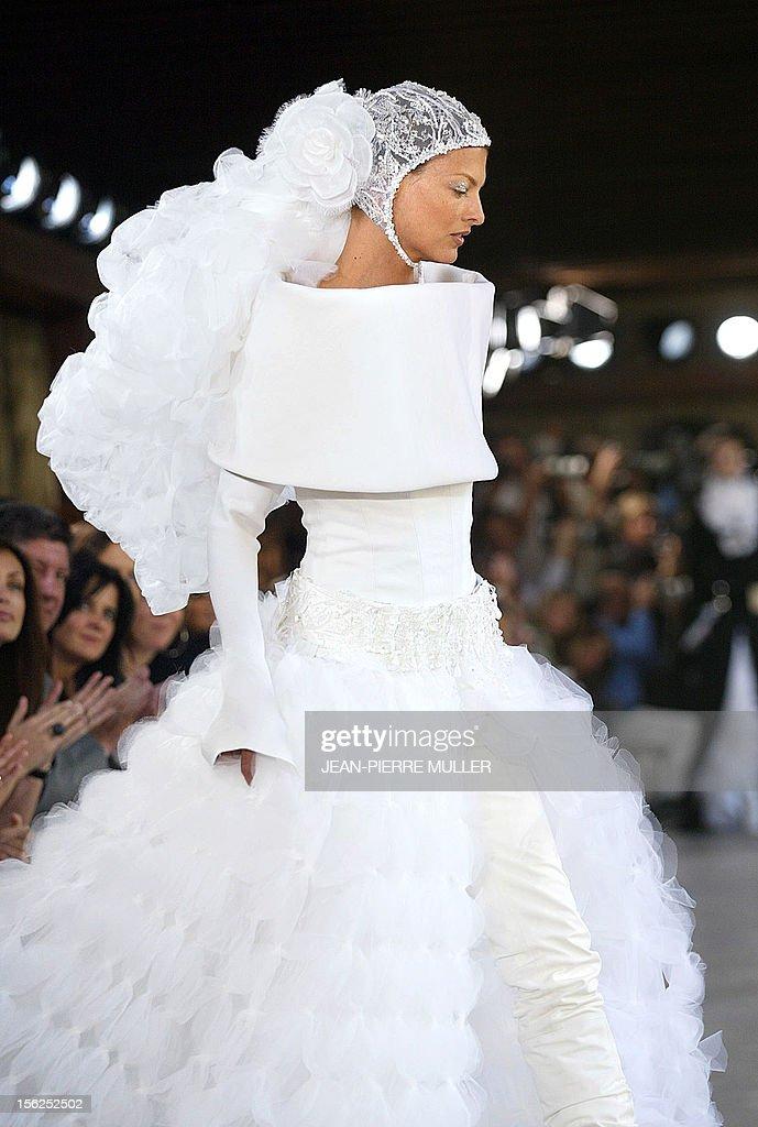 Canadian model Linda Evangelista presents a wedding gown by Karl ...