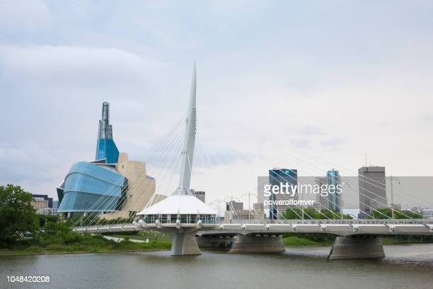 Canadian Museum of Human Rights und Esplanade Riel Brücke in Winnipeg, Manitoba, Kanada
