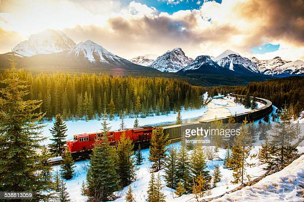 canadian pacific railway train through banff national park canada - canadian rockies stockfoto's en -beelden