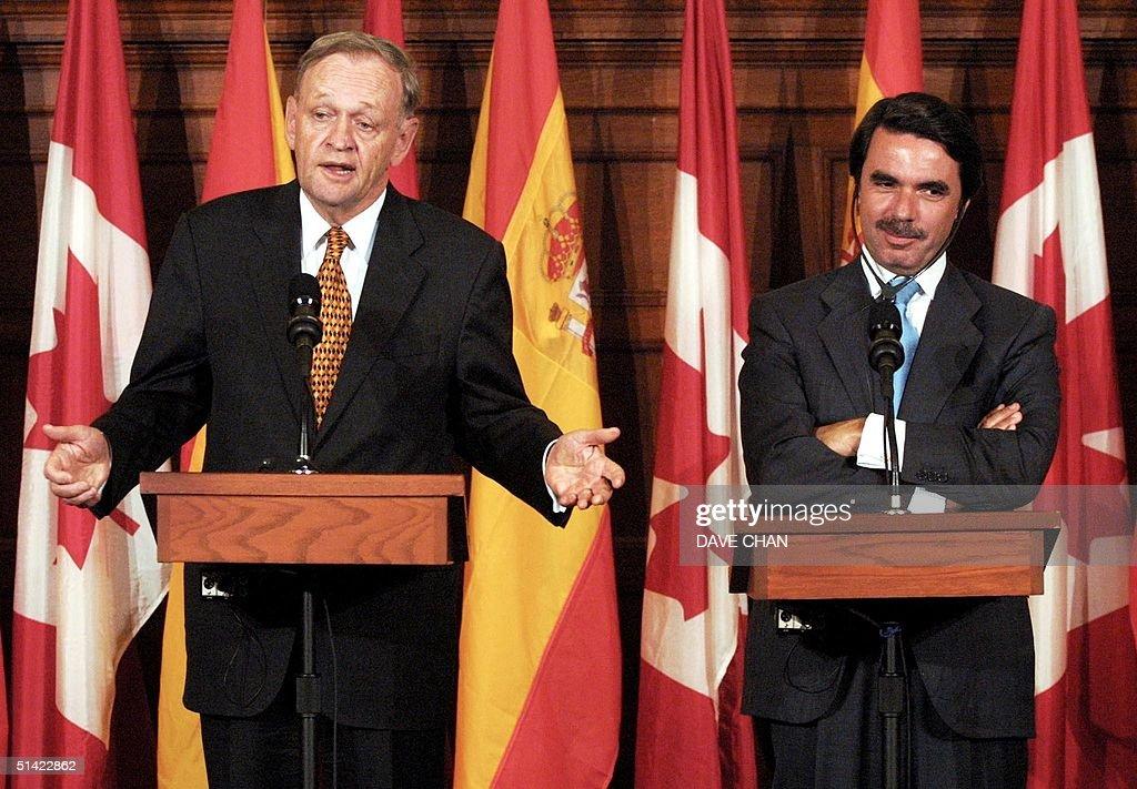 Canadian Prime Minister Jean Chretien (L) speaks t : News Photo