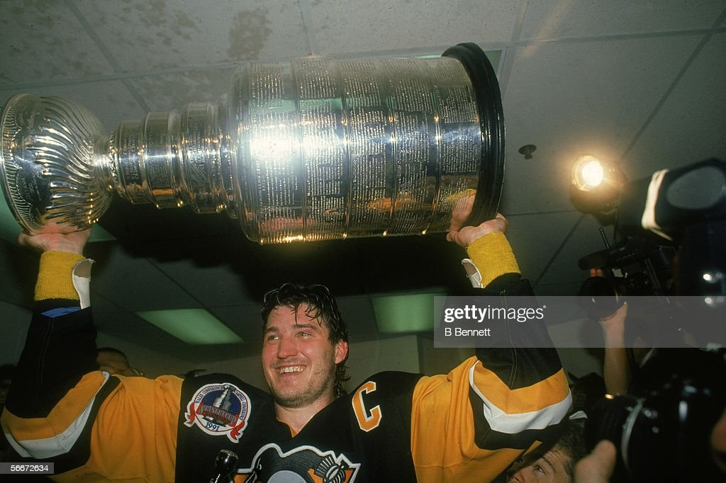 Lemieux And The Stanley Cup : News Photo