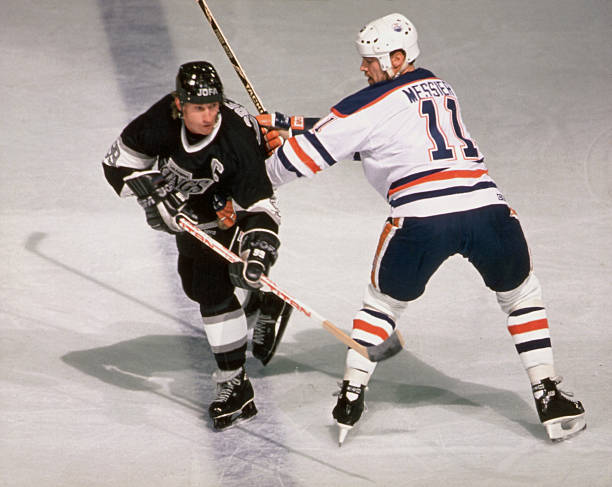 Wayne Gretzky & Mark Messier Battle It Out