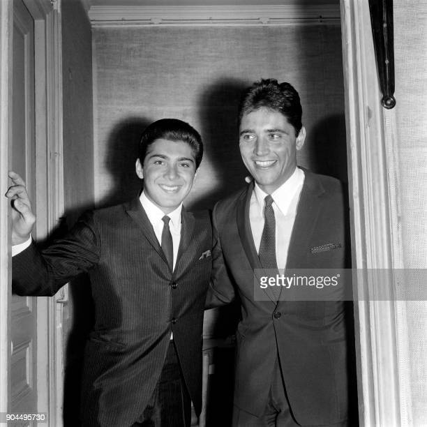 Canadian singer Paul Anka and French singer Sacha Distel pose in September 1963 / AFP PHOTO /