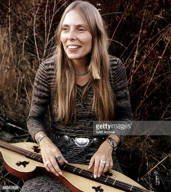 Photo of Joni MITCHELL Joni Mitchell posed with zither
