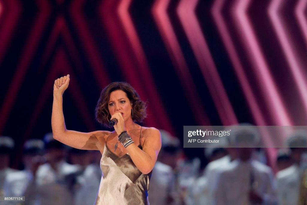 Canadian singer-songwriter Sarah McLachlan performs during the opening ceremonies of the Invictus Games in Toronto, Ontario, September 23, 2017. / AFP PHOTO / Geoff Robins