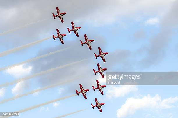 canadian snowbirds show - canadian forces snowbirds stock pictures, royalty-free photos & images